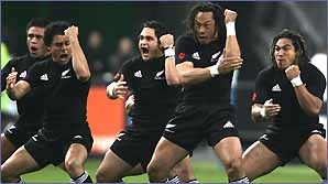 New Zealand captain Tana Umaga (2eR), su